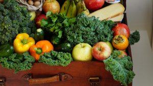תמונה של פירות וירקות במזוודה.
