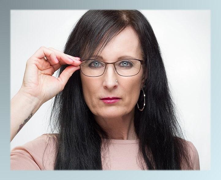 טיפ נשירת שיער אצל נשים. תמונה של אישה עם שיער דליל.