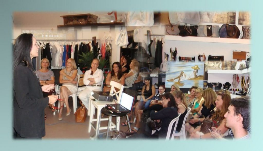 הרצאה לעסקים קטנים וללקוחות העסק. תמונה של חלי בן דויד בהרצאה ללקוחות בבוטיק בהרצליה פיתוח.