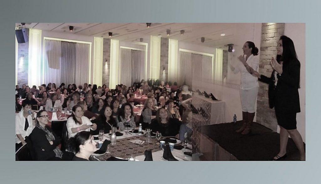 הרצאות וסדנאות כללי - חלי בן דויד יועצת תדמית אישית - תמונה של חלי מרצה לקהל של נשים.